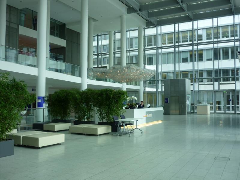 Beratung zu einem Natursteinbelag im Foyer EnBW-City GmbH und Co. KG, Stuttgart