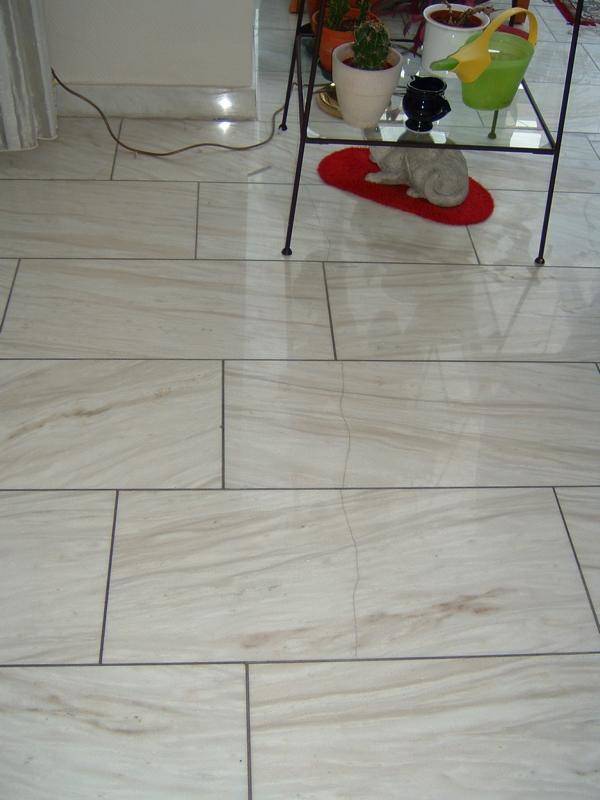 Ursachenermittlung für eine Rissbildung in Marmorplatten im Wohnzimmer eines Privathauses