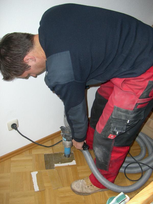 Bohrkernentnahme aus dem Estrich in einem Privathaus in Pfronten zur Feststellung des Bodenaufbaus